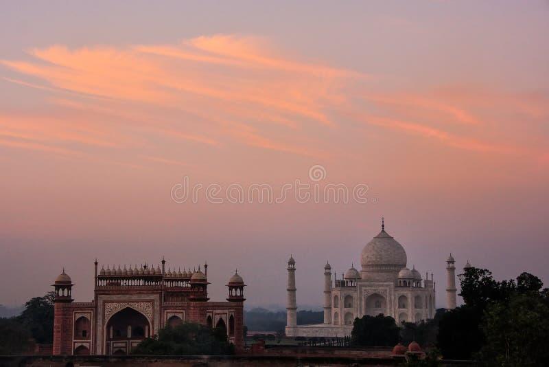 Weergeven van Taj Mahal en de Grote Poort bij zonsondergang in Agra, Uttar Pradesh, India royalty-vrije stock foto's