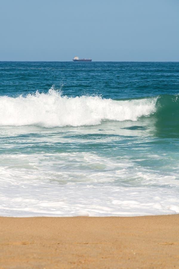 Weergeven van tanker op de horizon stock foto