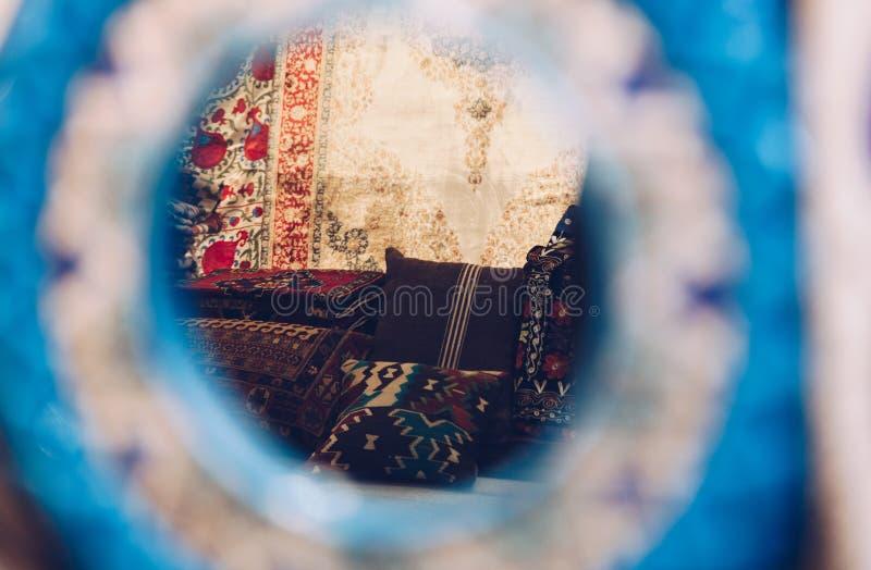 Weergeven van tapijt door verfraaide spiegel in de Grote Bazaar - Istanboel, Turkije November 2018 royalty-vrije stock foto's