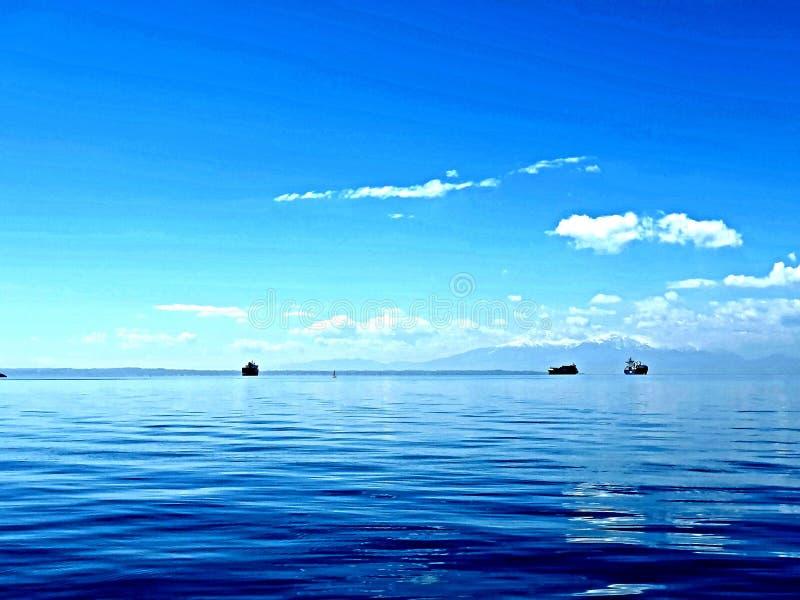 Weergeven van thermaikosoverzees in thessaloniki duidelijke zonnige dag met blauwe hemel en aardige temperatuur, sommige schepen  stock afbeelding