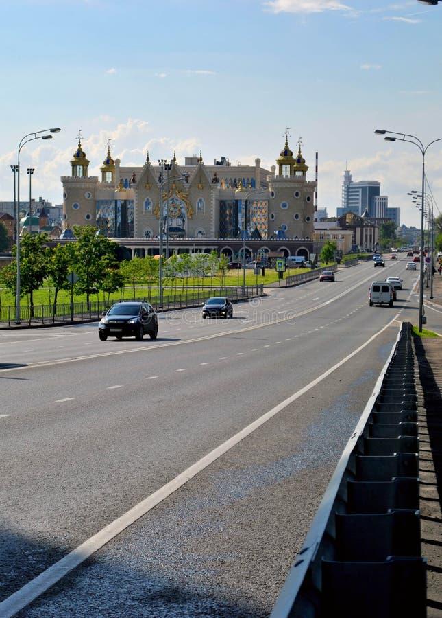 Weergeven van Tikhomirov-straat en Tatar Poppentheater Ekiyat van de Staat royalty-vrije stock fotografie