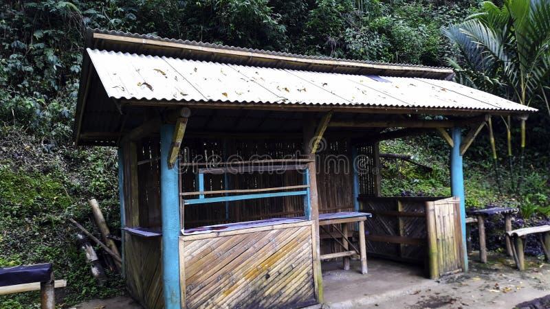 Weergeven van traditionele die huizen door Bamboe worden geconstrueerd stock foto's