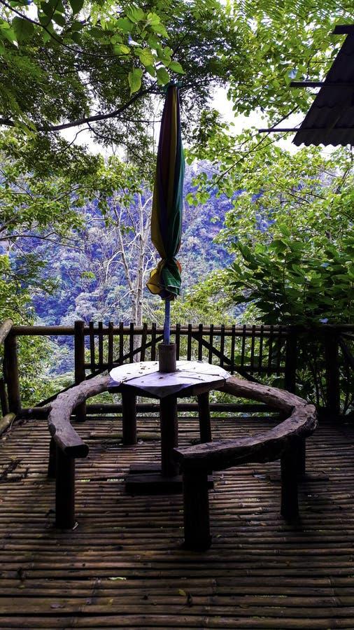 Weergeven van traditionele die lijst en stoel door Bamboe wordt geconstrueerd stock fotografie