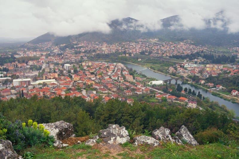 Weergeven van Trebinje-stad en Trebisnjica-rivier van Crkvina-Heuvel op regenachtige de lentedag In de schaduw gestelde hulpkaart royalty-vrije stock afbeeldingen
