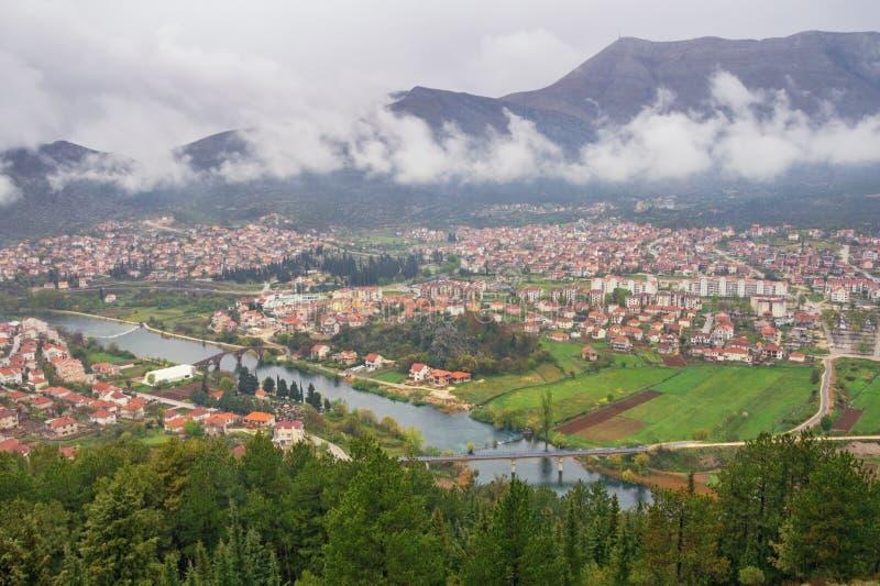 Weergeven van Trebinje-stad en Trebisnjica-rivier van Crkvina-Heuvel op regenachtige de lentedag In de schaduw gestelde hulpkaart royalty-vrije stock foto's