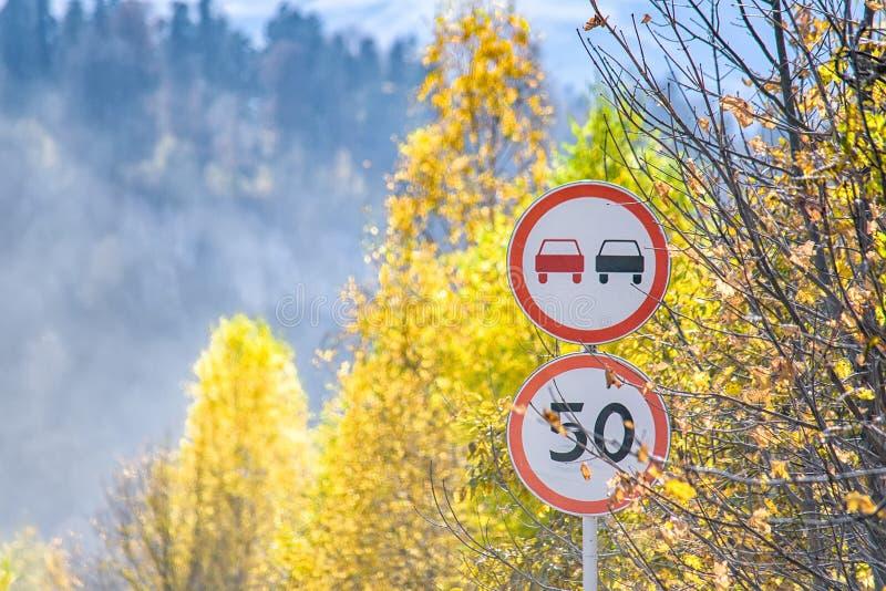 Weergeven van twee verkeersteken in de herfstbergen royalty-vrije stock fotografie