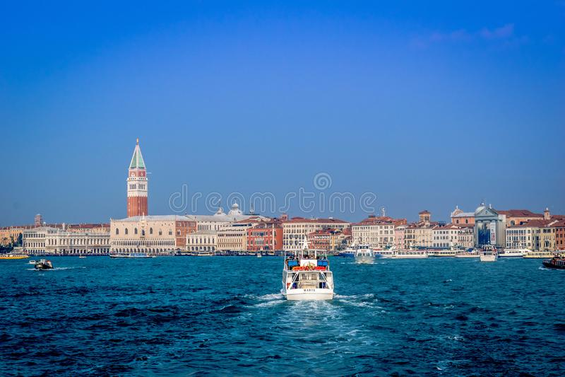 Weergeven van Venetië van een boot royalty-vrije stock foto's