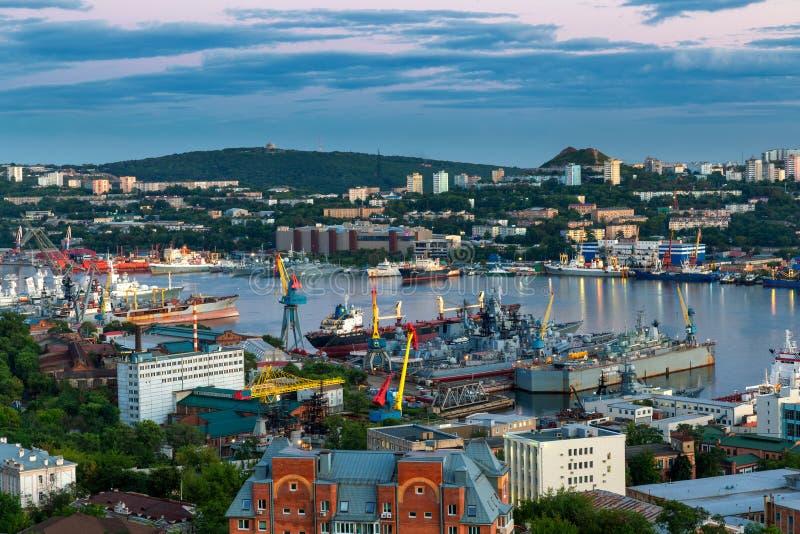 Weergeven van Vladivostok-stadshaven en Gouden Hoornbaai stock afbeelding