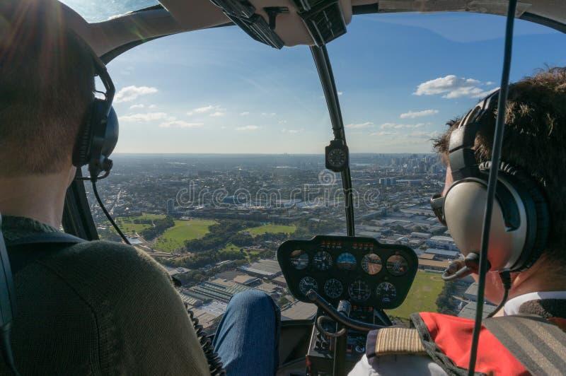Weergeven van vliegende helikopter op over stad royalty-vrije stock afbeelding