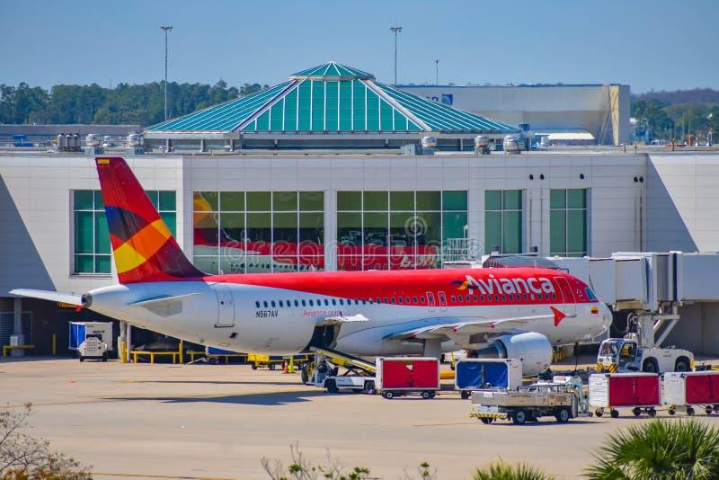 Weergeven van vliegtuig van Avianca-Luchtvaartlijnen AV bij de poort in Orlando International Airport MCO 1 stock afbeeldingen