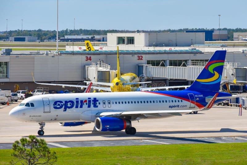 Weergeven van vliegtuig van Spirit Airlines NK bij de poort in Orlando International Airport MCO royalty-vrije stock foto's