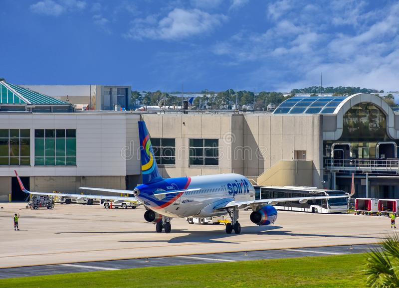 Weergeven van vliegtuig van Spirit Airlines NK bij de poort in Orlando International Airport MCO 5 stock fotografie
