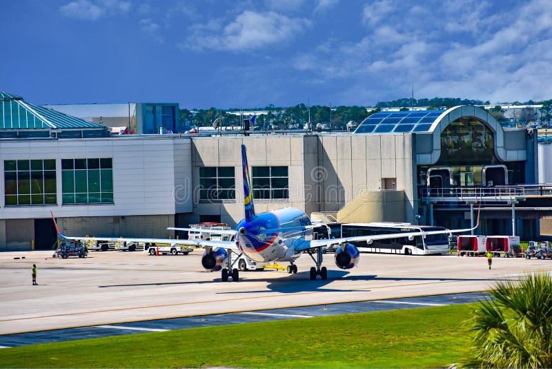 Weergeven van vliegtuig van Spirit Airlines NK bij de poort in Orlando International Airport MCO 3 stock afbeelding