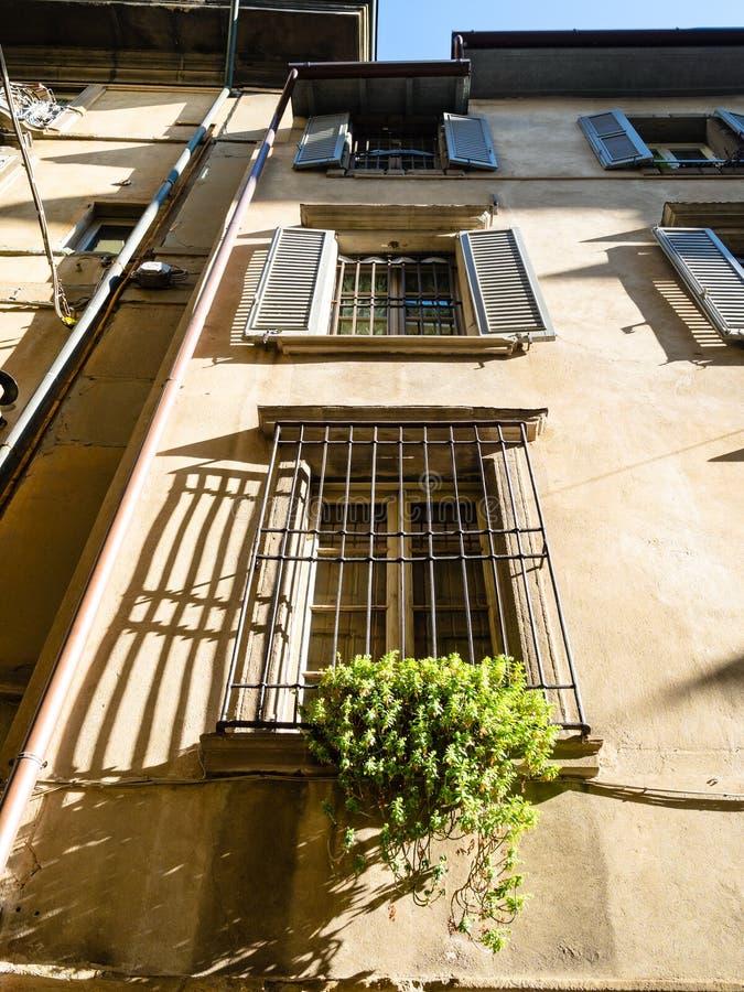 Weergeven van voorgevel van huis op smalle middeleeuwse straat stock afbeelding