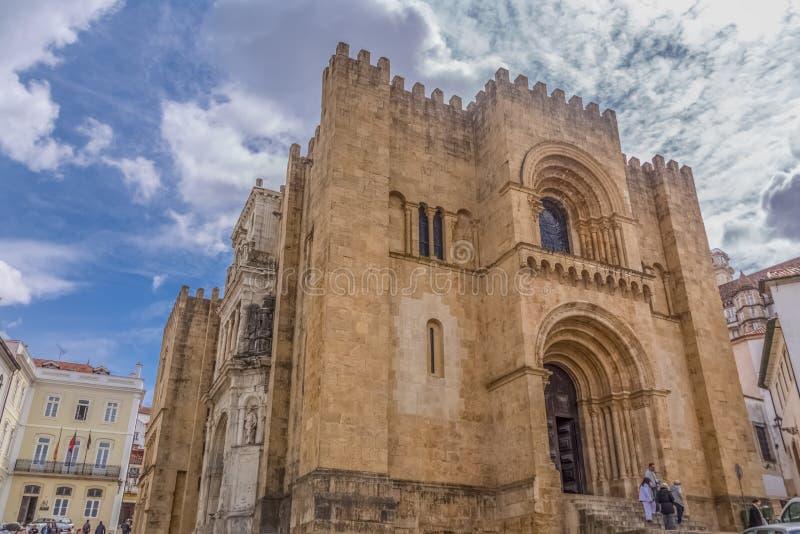Weergeven van voorvoorgevel van de gotische bouw van de Kathedraal van Coimbra, de stad van Coimbra en hemel als achtergrond royalty-vrije stock foto