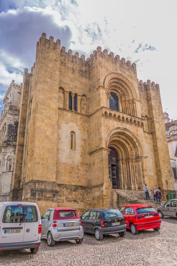 Weergeven van voorvoorgevel van de gotische bouw van de Kathedraal van Coimbra, de stad van Coimbra en hemel als achtergrond stock foto's