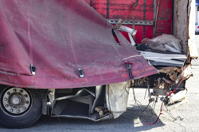 Weergeven van vrachtwagen op een weg in een ongeval stock fotografie