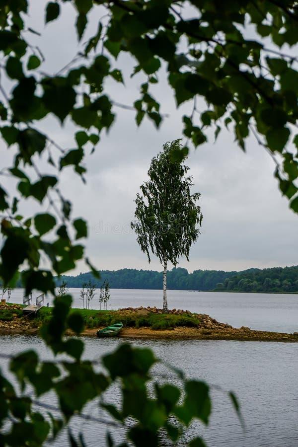 Weergeven van weinig eiland in rivier Daugava, Letland stock fotografie