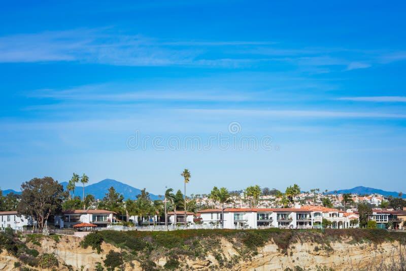 Weergeven van witte huizen en bergen op blauwe hemelachtergrond, Dana Point, Californië stock foto