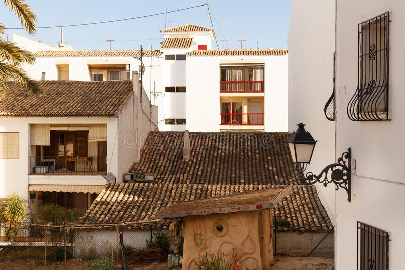 Weergeven van witte huizen met een betegeld dak en balkons, en gesmede lantaarn in de oude stad van Altea, Spanje op hete zonnig royalty-vrije stock foto