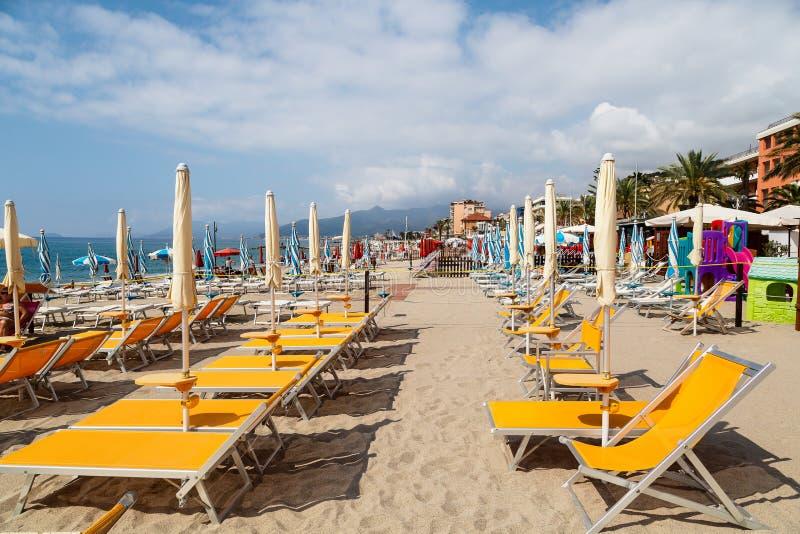 Weergeven van zandig strand van Pietra Ligure in de provincie van La Savona royalty-vrije stock afbeeldingen