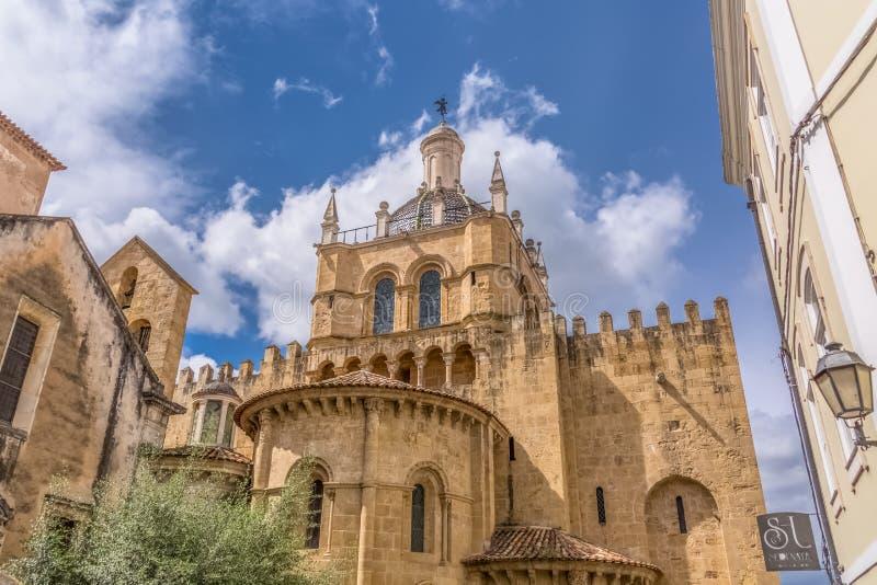 Weergeven van zijvoorgevel en koepel van de gotische bouw van de Kathedraal van Coimbra, de stad van Coimbra en hemel als achterg royalty-vrije stock foto's