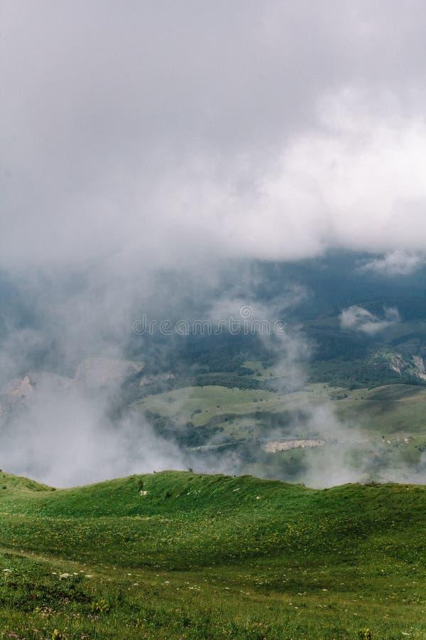 Weergeven vanaf de bovenkant van berg grote thach Een vallei is zichtbaar in het hiaat tussen de wolken stock fotografie