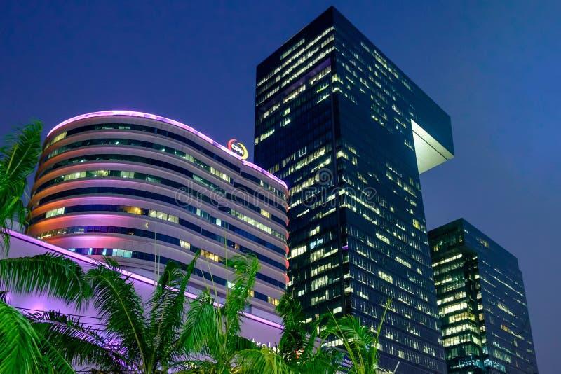 Weergeven voor Centrale Rama 9 warenhuis bij nacht met decoratielicht royalty-vrije stock foto