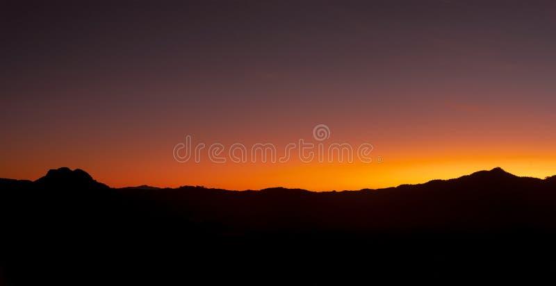 Weergevenpanorama van Berg en hemel bij zonsopgang in de ochtend royalty-vrije stock foto