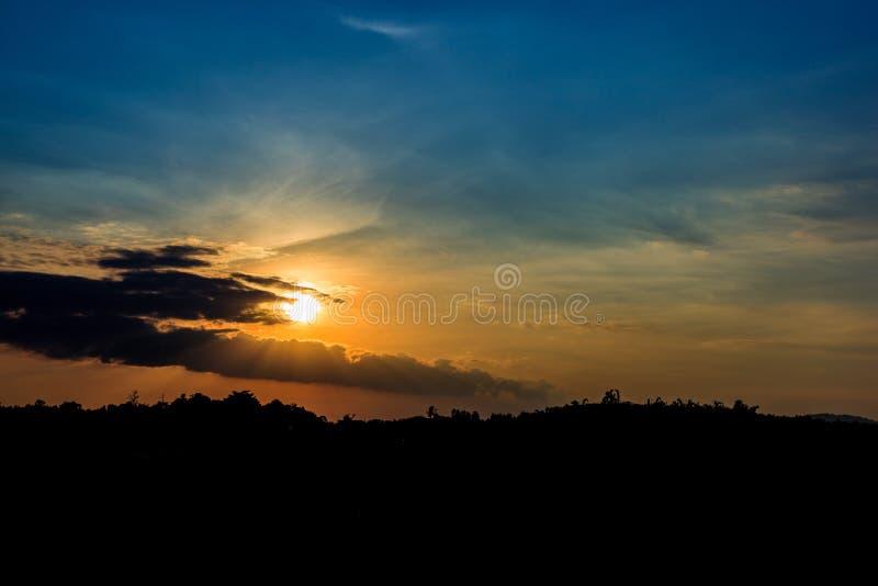 Weergevenpunt voor blikzonsondergang bij toevlucht op de heuvel in avondaard stock afbeeldingen