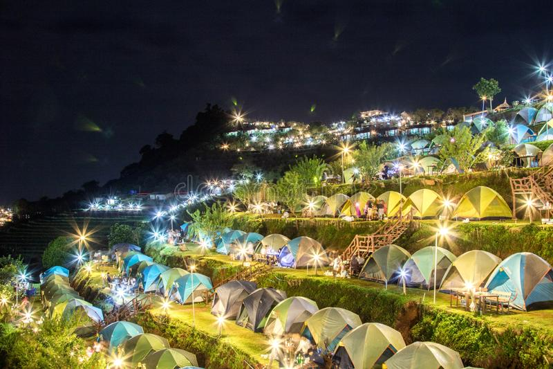 Weergevenveel Tenten het Kamperen gebied op de berg bij nacht stock foto's