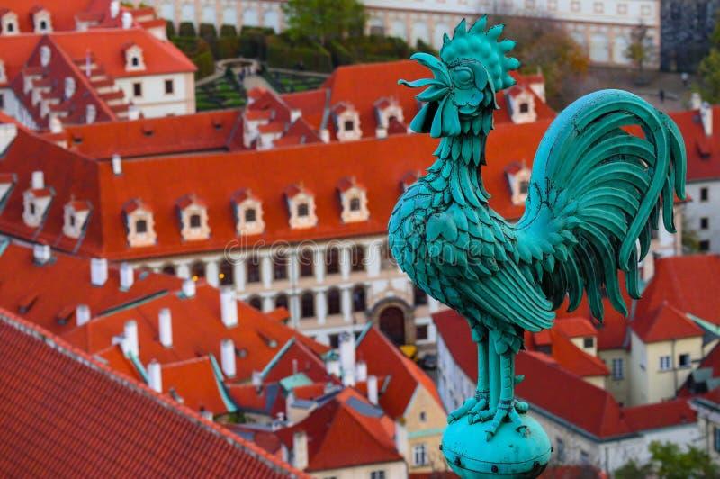 Weerhaan op het dak, Tsjech, Praag, stadsmening Praag archit royalty-vrije stock foto's