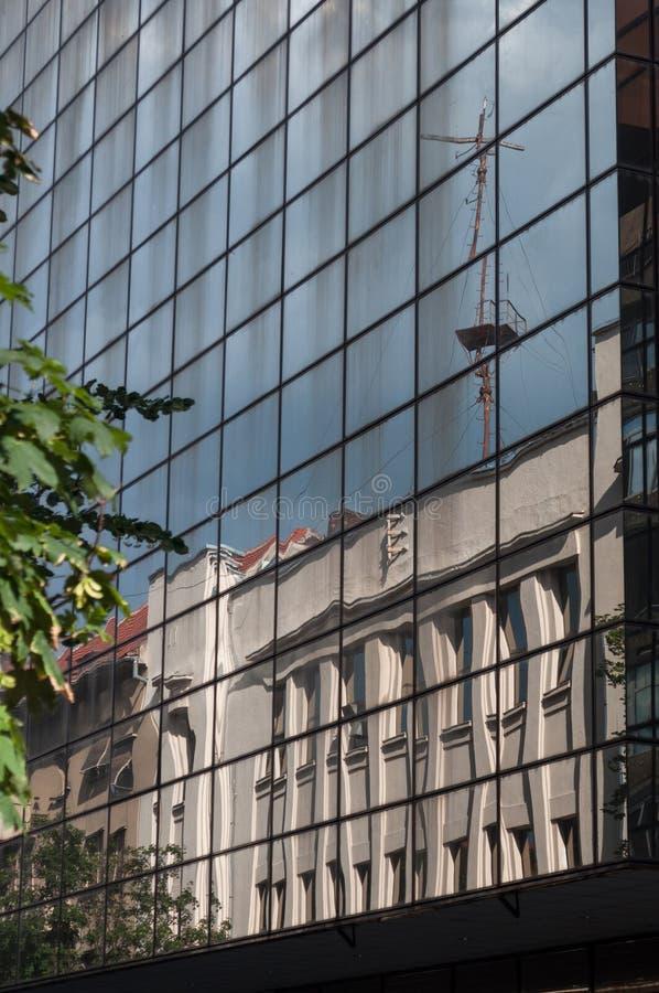 Weerspiegelde kraan op de vensters van de bouw stock foto
