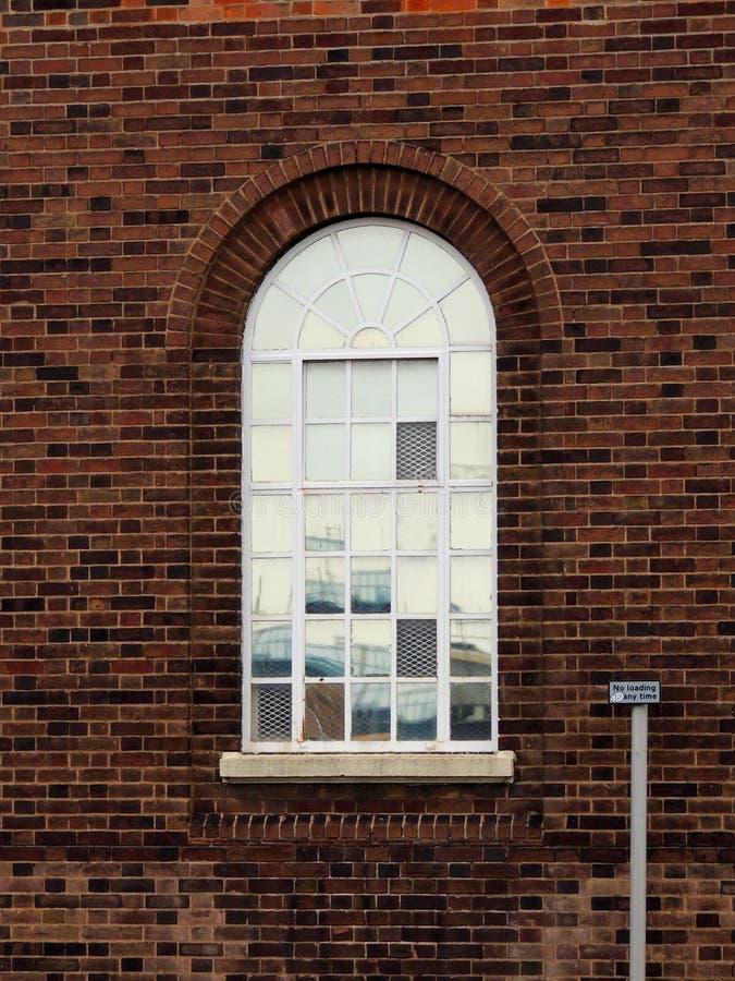 Weerspiegelend overspannen venster stock afbeelding