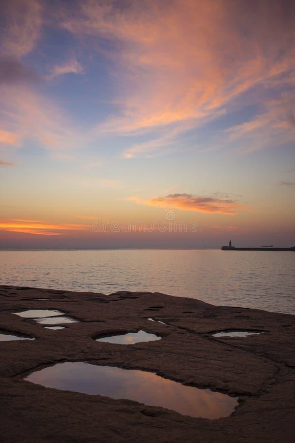 Weerspiegelende zonsopgang na een regenachtige nacht stock foto