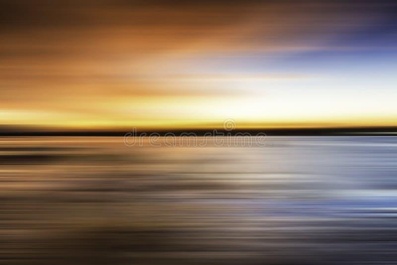 Weerspiegeling van kleurrijke zonsondergang met lang blootstellingseffect, vage motie stock afbeelding