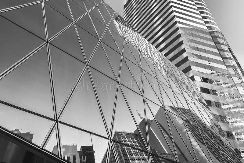 Weerspiegeling van stedelijke horizon bij de moderne bureaubouw royalty-vrije stock foto's