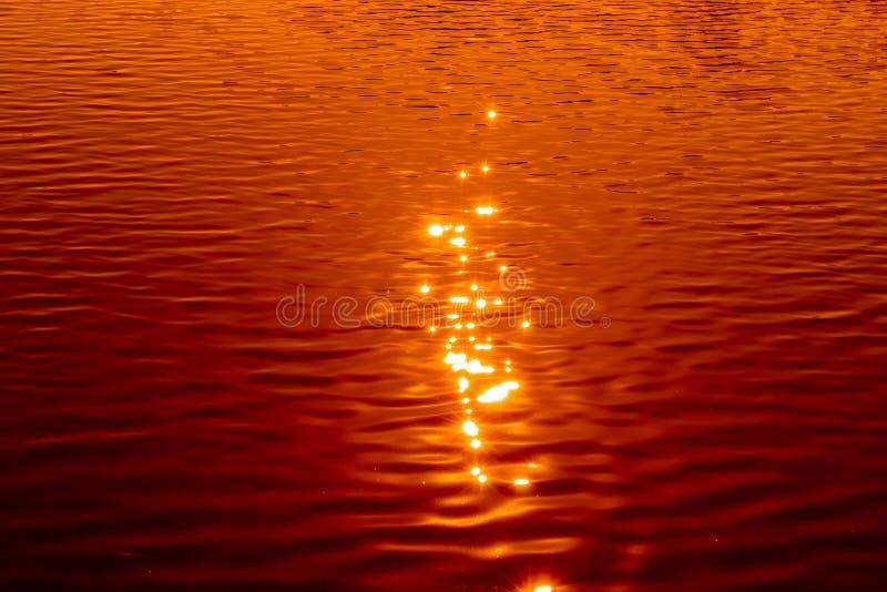 Weerspiegeling van zonlicht op waterspiegel stock afbeeldingen