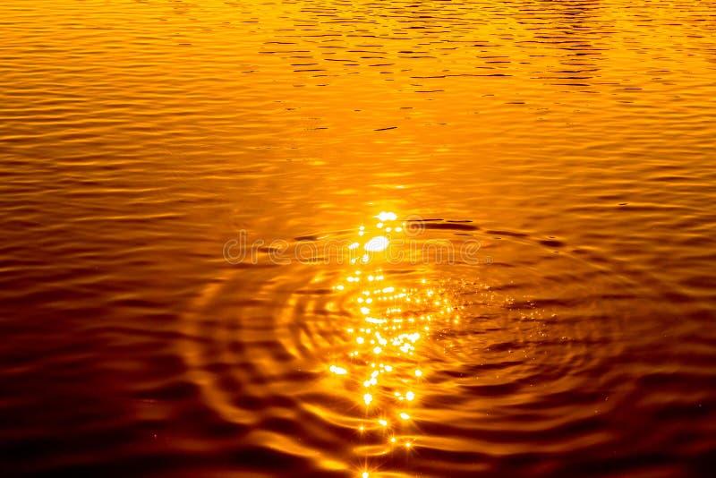 Weerspiegeling van zonlicht op waterspiegel royalty-vrije stock foto's