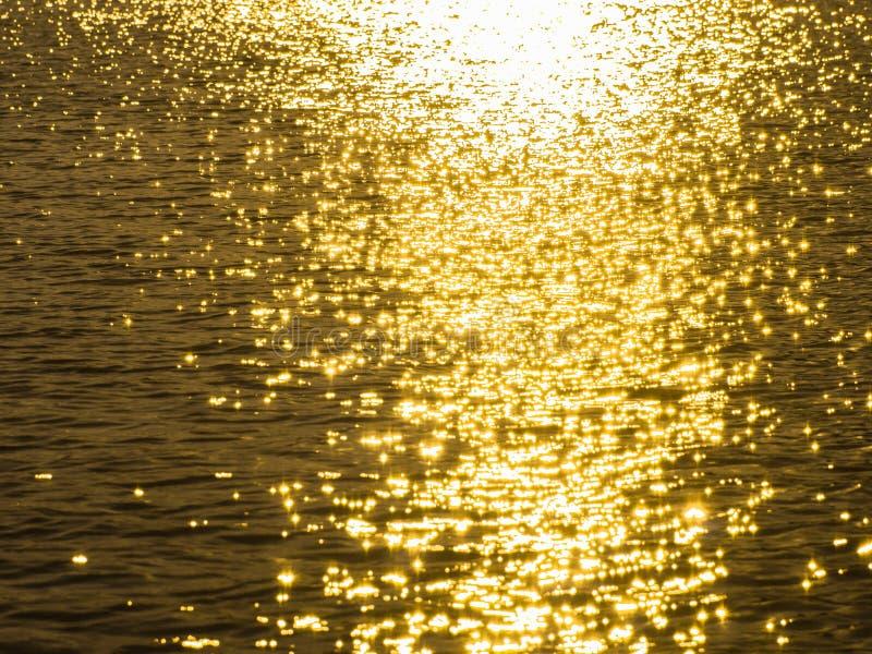 Weerspiegeling van zonlicht op waterspiegel royalty-vrije stock afbeeldingen