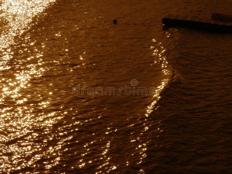 Weerspiegelingen van licht in de watergolven stock fotografie