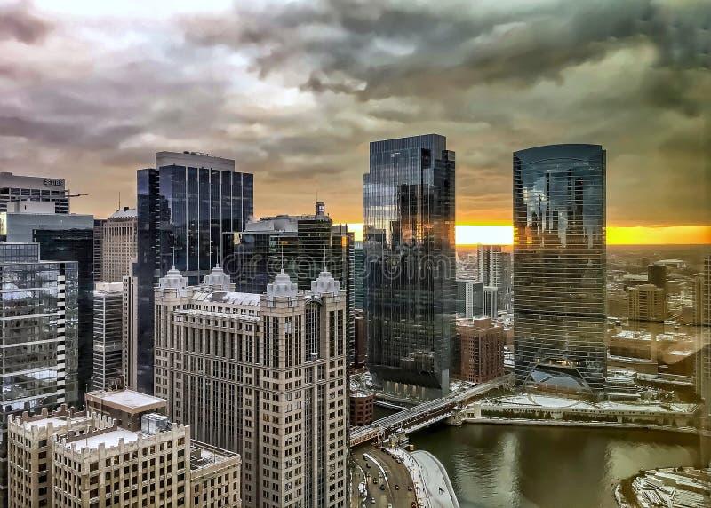 Weerspiegelingen van zonsondergang en cityscape van Chicago op de weerspiegelende gebouwen en de rivier royalty-vrije stock afbeelding