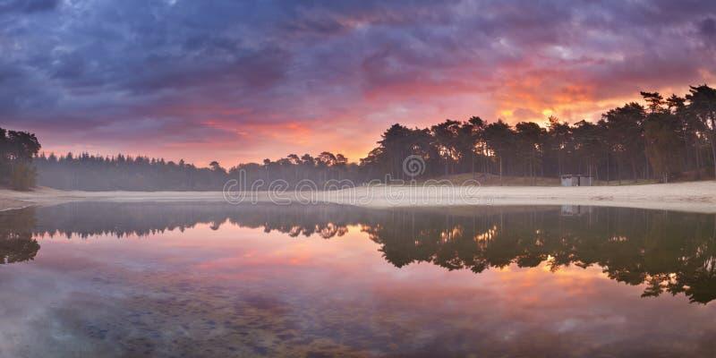 Weerspiegelingen van zonsopgang bij stil meer in Nederland royalty-vrije stock foto