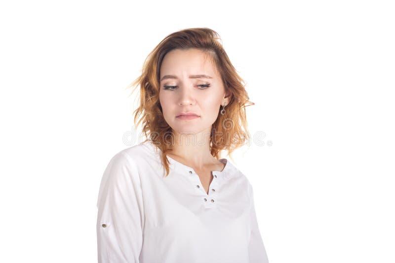 Weerzinwekkende niet onder de indruk zijnde aantrekkelijke vrouw met krullend rood haar in gestreepte t-shirt, die handen houden  stock afbeeldingen