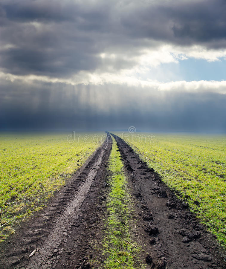Weg aan bewolkte horizon stock foto