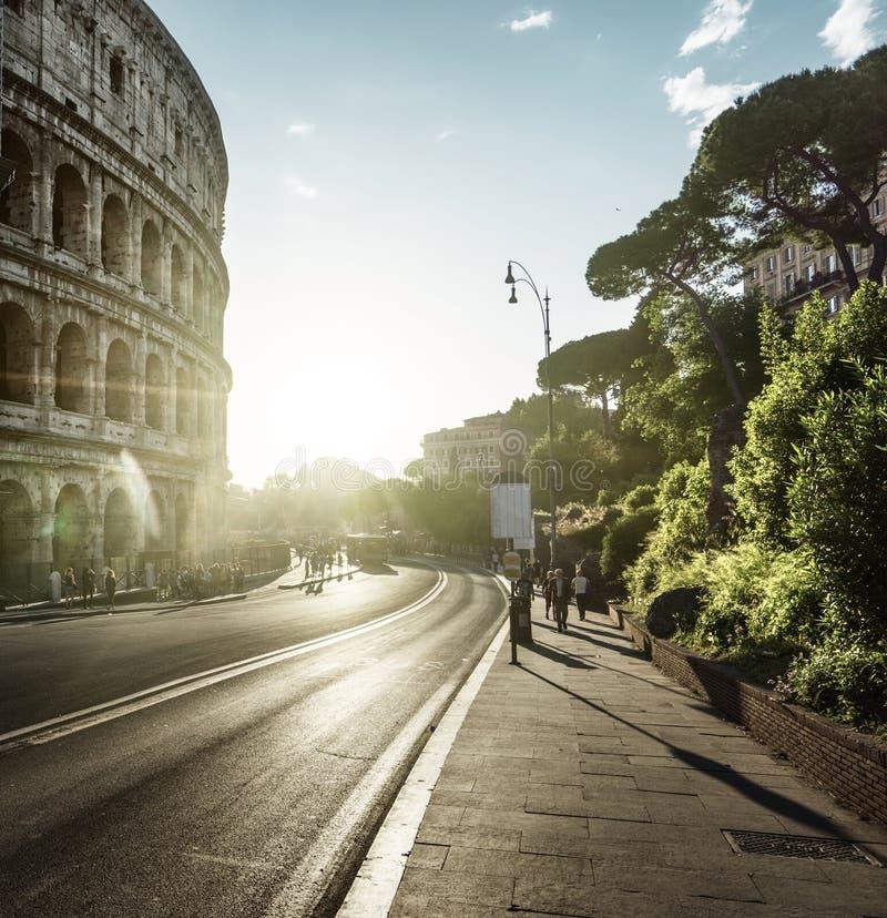Weg aan Colosseum in zonsondergangtijd, Rome, Italië royalty-vrije stock afbeeldingen
