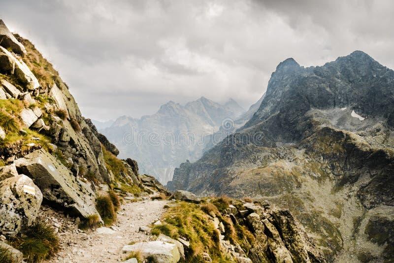 Weg aan de bergpiek over de afgrond royalty-vrije stock afbeelding