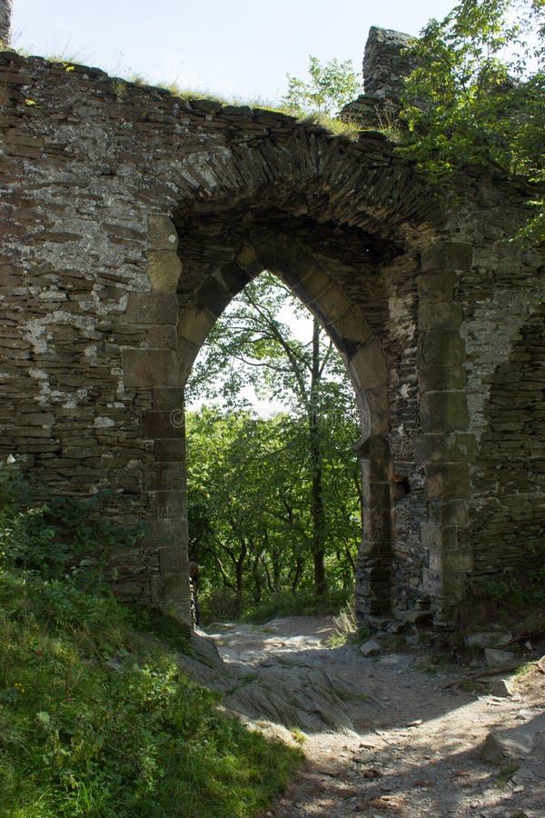 Weg aan de boslood door kasteelpoort royalty-vrije stock fotografie