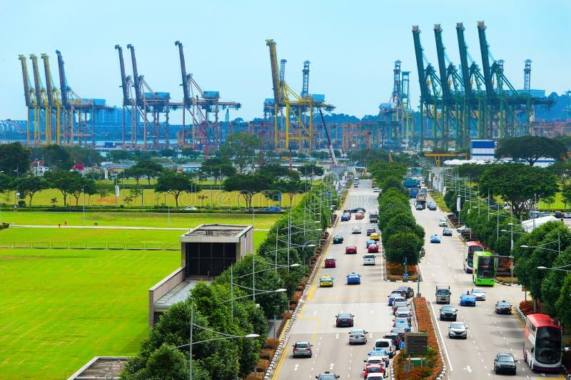Weg aan de industriële haven van Singapore stock foto's