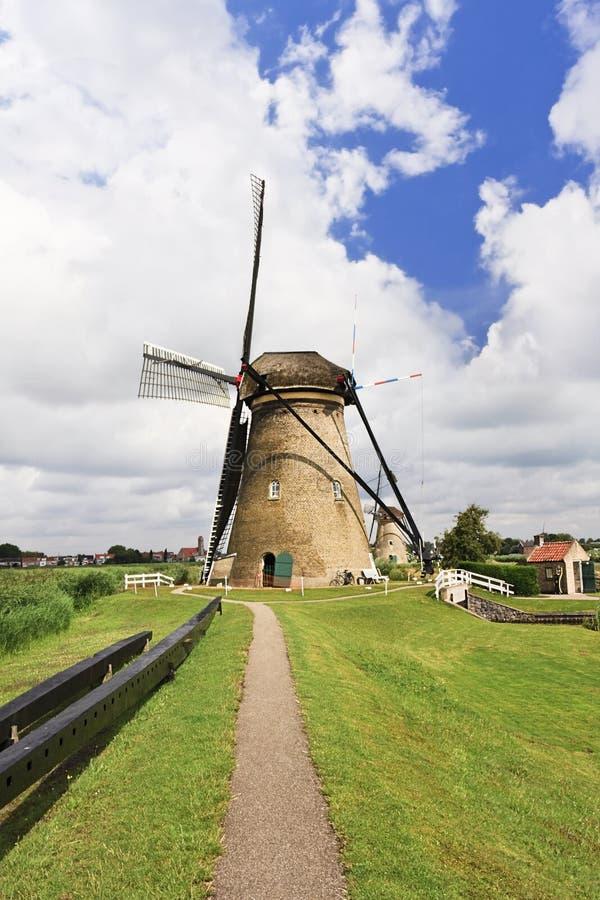 Weg aan een oude windmolen, Kinderdijk, Nederland stock afbeelding